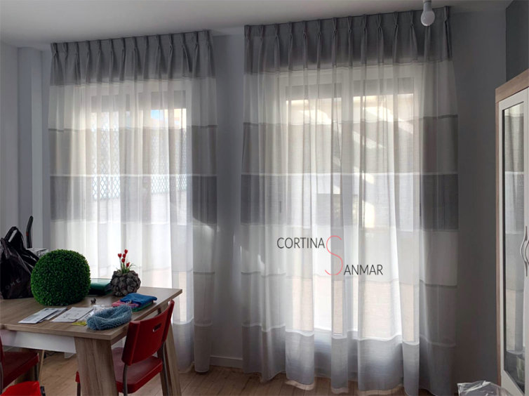 Visillos con rayas horizontales grises