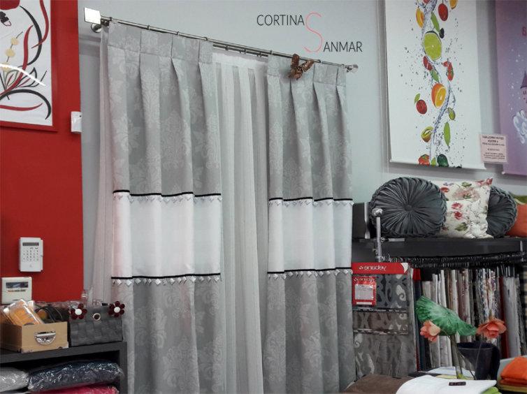 visillos con cortinas grises en barra de acero