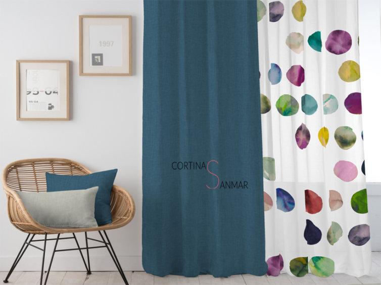 Visillo juvenil multicolor y cortinas turquesas
