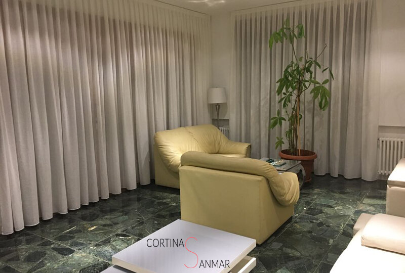 Cortinas blancas trasnlucidas para un salón