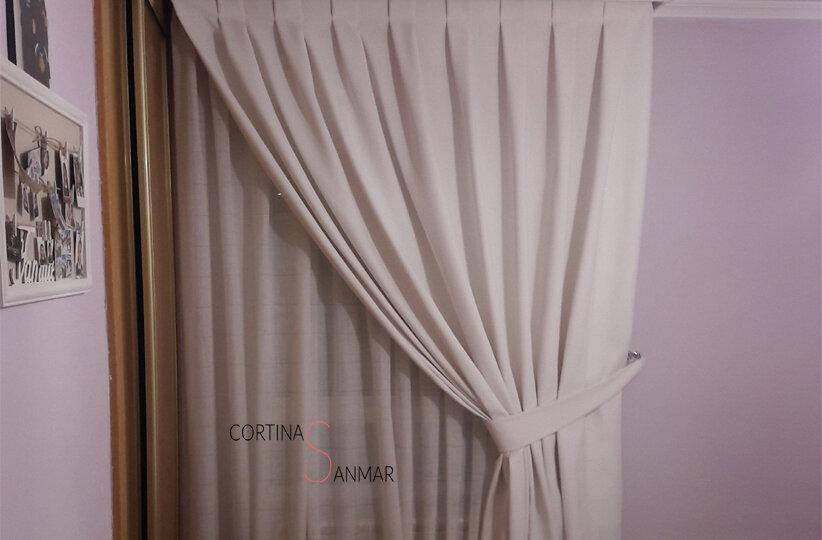 Visillo blanco y cortinas de tapicería en un solo paño recogidas a un lado