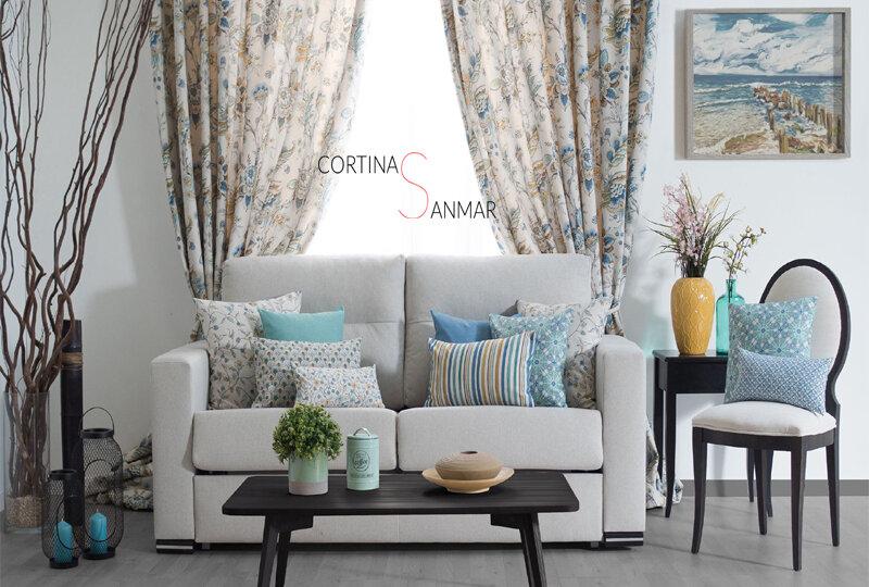 como combinar diferentes tamaños y estampados en los cojines del sofá
