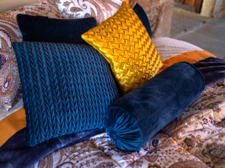 Cojines en color mostaza y azul