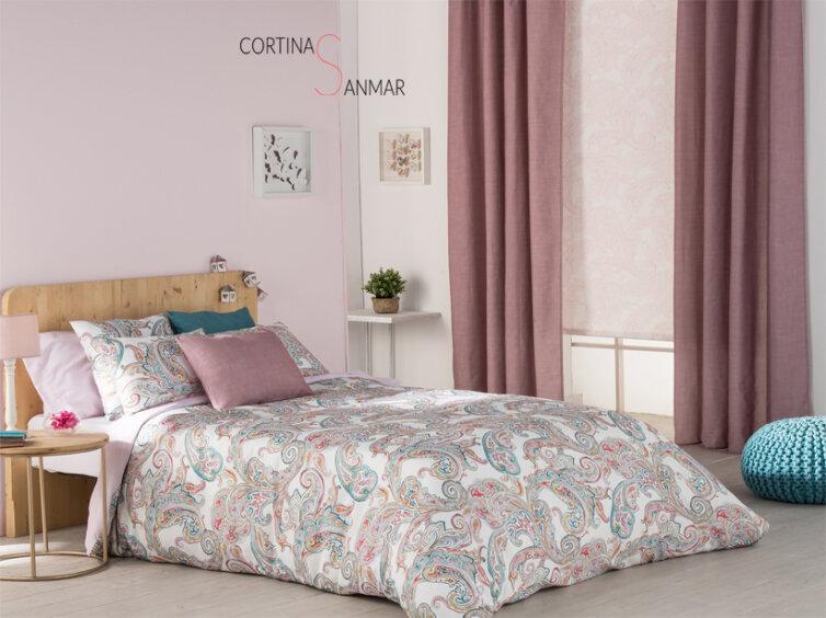 Combinación en este dormitorio juvenil de un estor enrollable