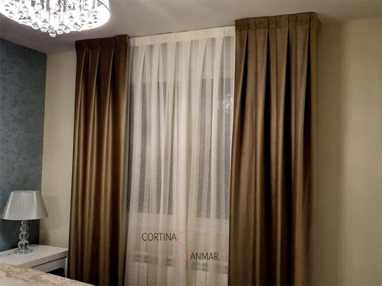 Visillos y cortinas pequeñas decorativas a los lados.